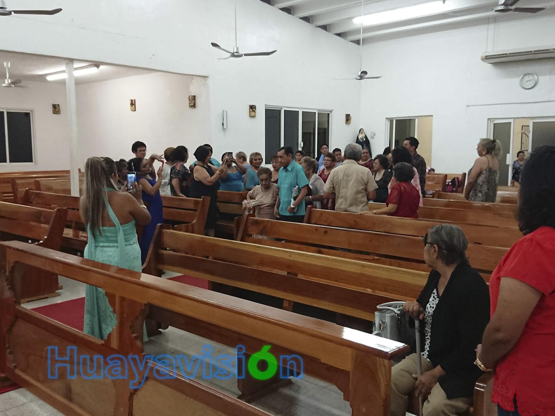 Doña Amalia, a sus 100 años, entró a la iglesia caminando firmemente