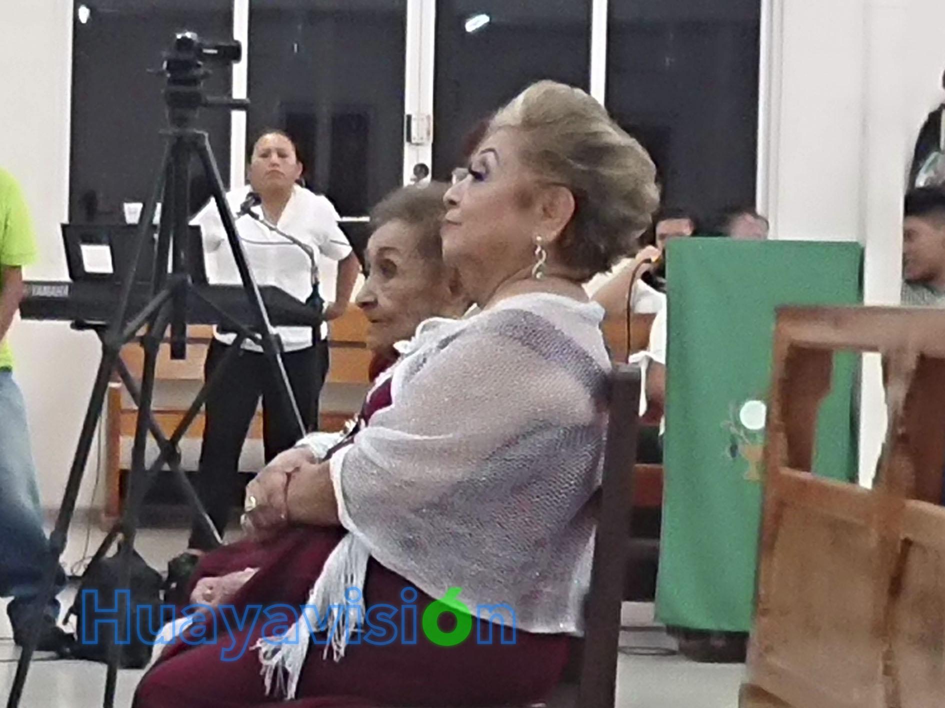 Doña Amalia, escucha la misa atentamente flanqueada por dos de sus hijas
