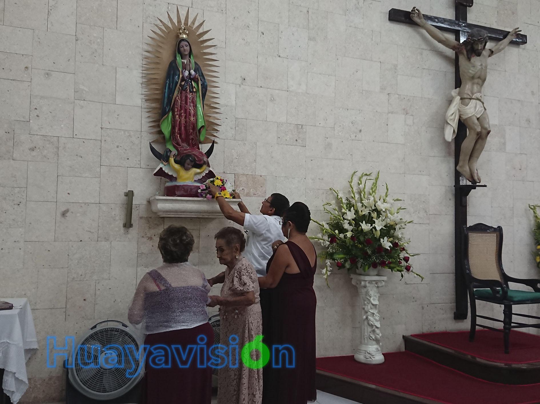 Con un ramo de flores, doña Amalia agradeció el don de la vida a la Virgen de Guadalupe