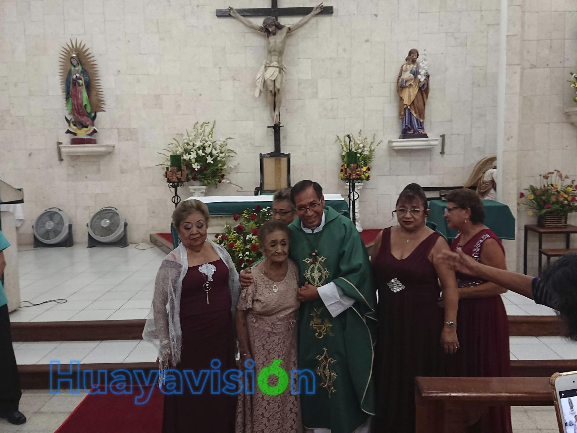 Doña Amalia acompañada del párroco de San Miguel Arcángel