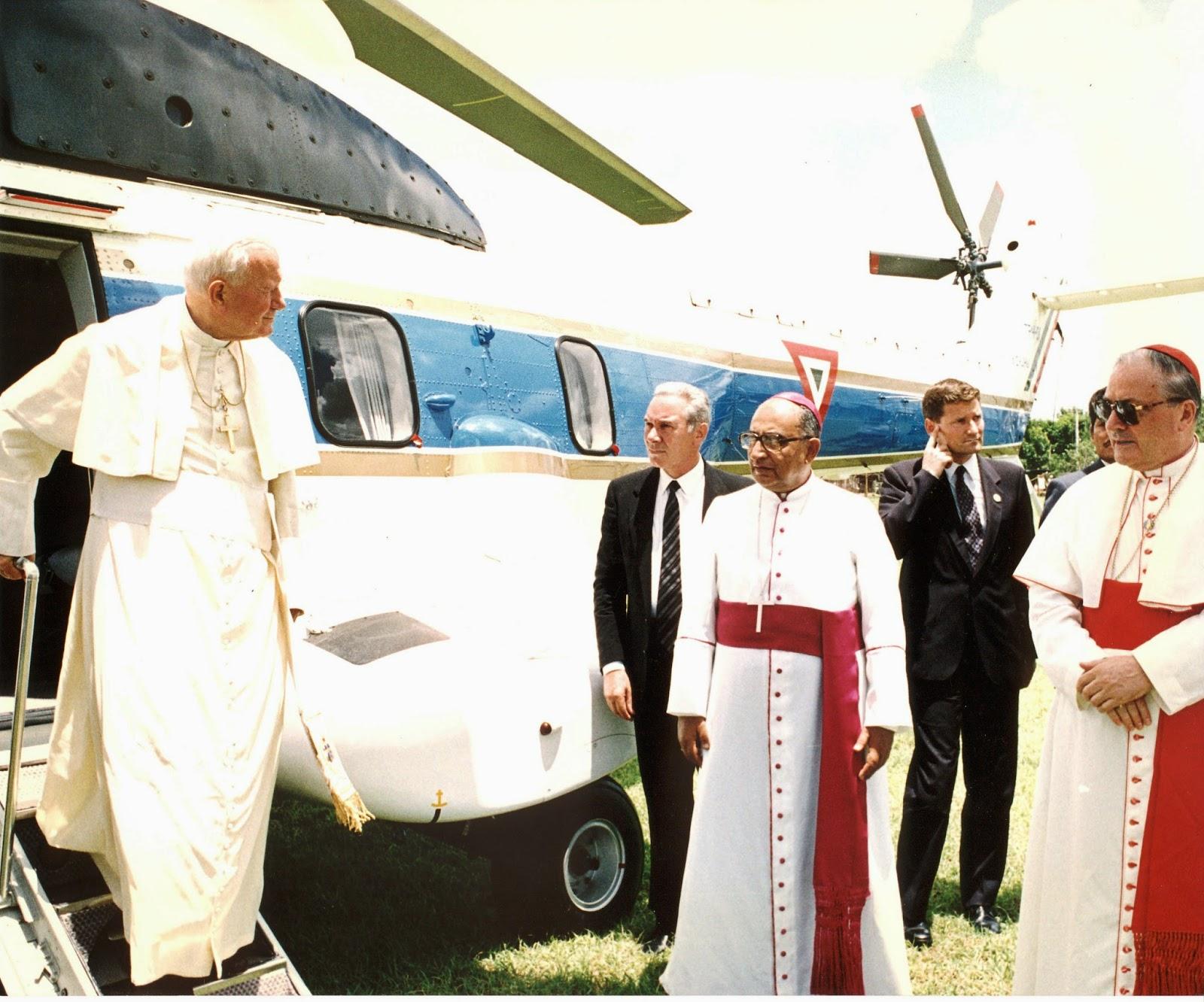 Juan Pablo II desciende de un helicóptero en Yucatán
